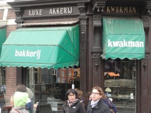Bakkerij Kwakman. Waar blijven ze het toch halen?
