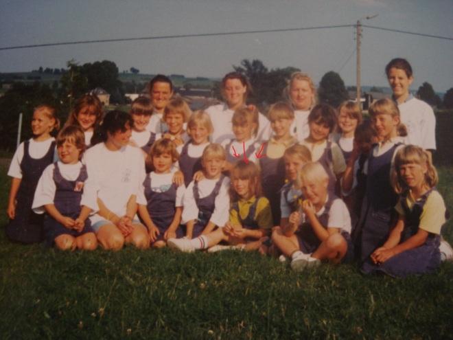 Bewijs dat ik een jaar of twintig geleden ook al mee was op kamp. En dat ik al een rebel was, met mijn geel in plaats van wit t-shirtje. Op de voorste rij, tweede van links, staat trouwens mijn mama <3