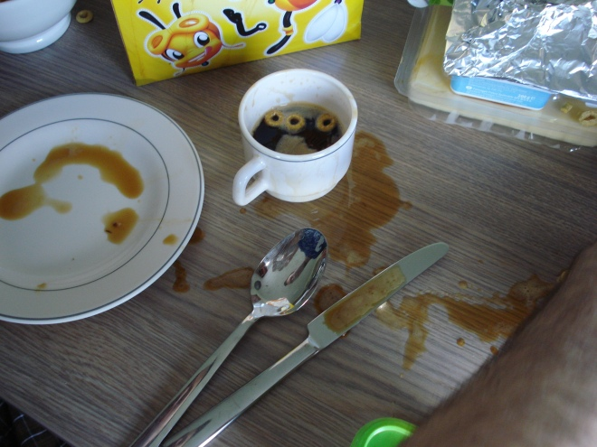De Honey Pops en de koffie waren zo lekker dat Het Vriendje vond dat ze allebei OVERAL moesten liggen.