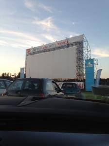 Als je in je eigen auto naar een film kijkt, mag je zo hard en zo belachelijk lachen als je wil. Altijd een voordeel.