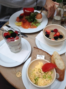 Oh ja, gisteren gingen we ook ontbijten. Dit was trouwens niet alleen voor mij hé. Ook al zou ik het wel willen.
