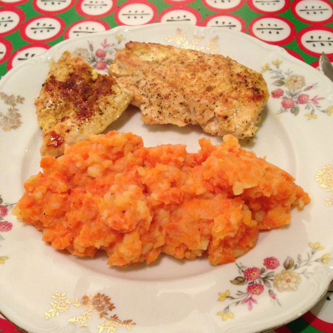 Kip met wortelpuree (3/4 wortels, 1/4 aardappel).