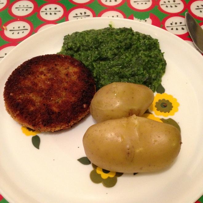 Wortelburger (lange leve de Bio Planet) met spinazie en aardappels. Uiteindelijk at ik maar 1 aardappel, en gaf ik de tweede aan Het Vriendje.