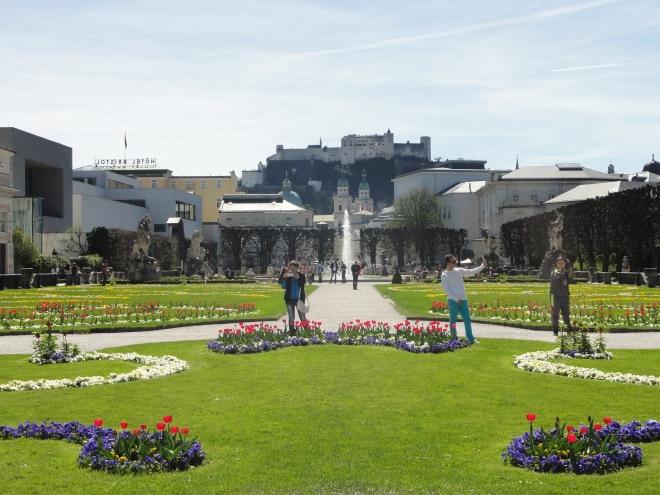 De Mirabel-tuinen met in de verte Festung Hogensalzburg, dat van overal in de stad te zien is.