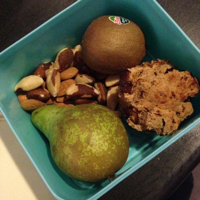 Standaard tussendoortjes voor op het werk: noten en fruit! (En die dag ook en suikervrij broodje omdat ik de moeite had gedaan om ze te bakken)
