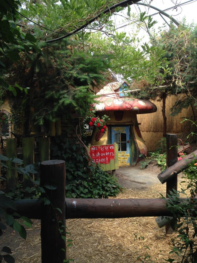 Aardbeienland, waar volwassen mensen twee uur lang weer kinderen worden op zoek naar verborgen hints en verrassingen.
