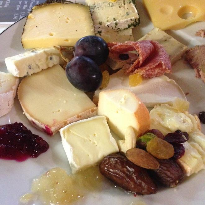 Als er leven is na de dood, wil ik terugkomen als kaas. En dan zou ik mijzelf opeten.