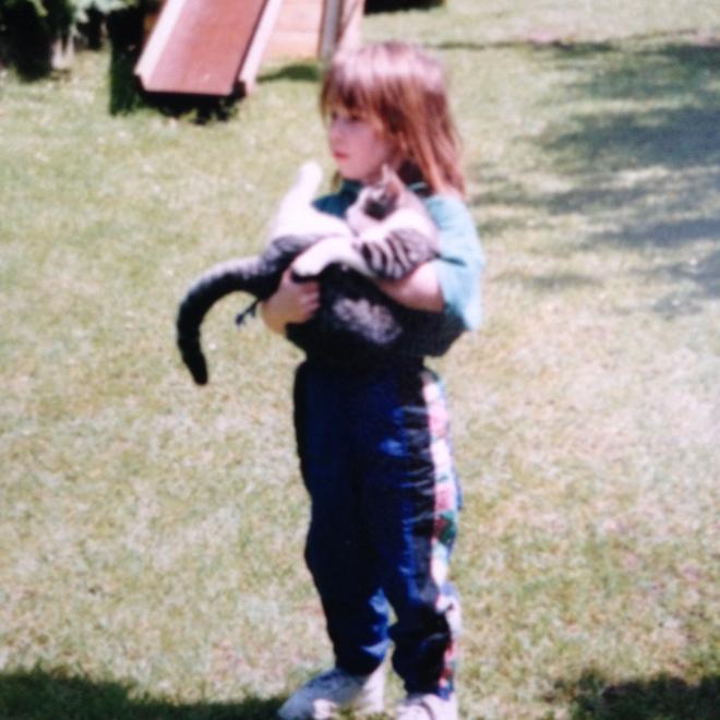 Nog steeds een crazy cat lady in bedenkelijke joggingbroek.