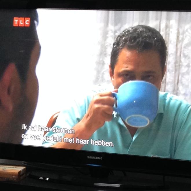 Uitzondering: als er iemand op tv een tas heeft die bijna zo groot is als zijn hoofd, dan mag je daar een foto van sturen om naar je thee-verslaafde BFF te sturen.