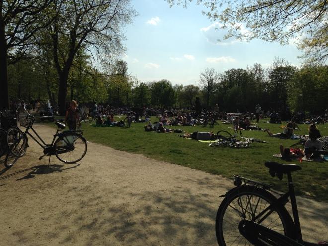 Een beetje gaan zonnen in het Vondelpark. We waren niet de enigen met dat idee.